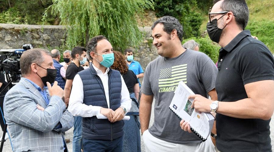 Majoral, Espot i Filloy conversen amb un veí a Bixessarri