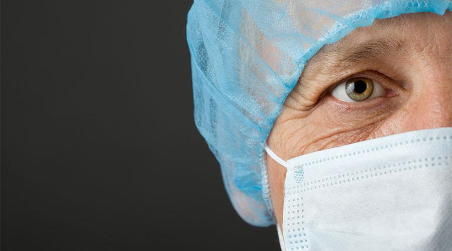 Metge amb mascareta