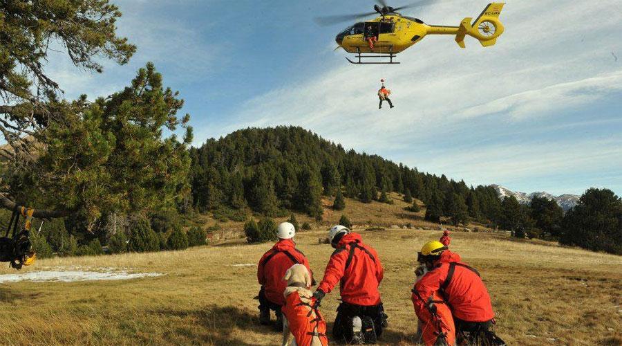 Un grup de bombers fent rescat