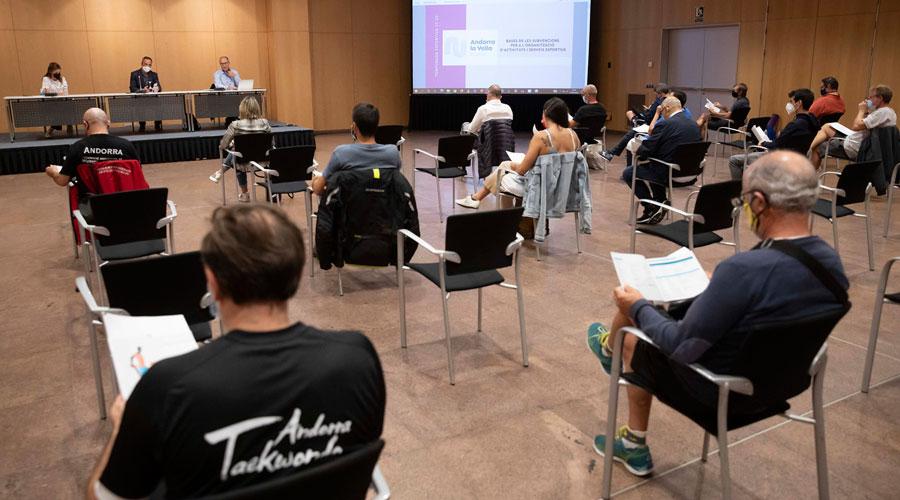 Cabanes presidint una reunió amb entitats esportives