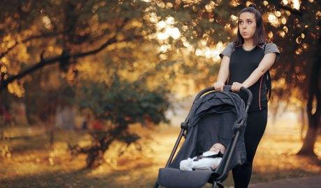 Mare fent exercici portant un nadó en cotxet