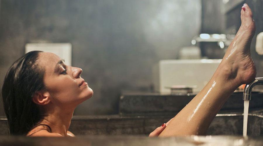 Noia en una banyera
