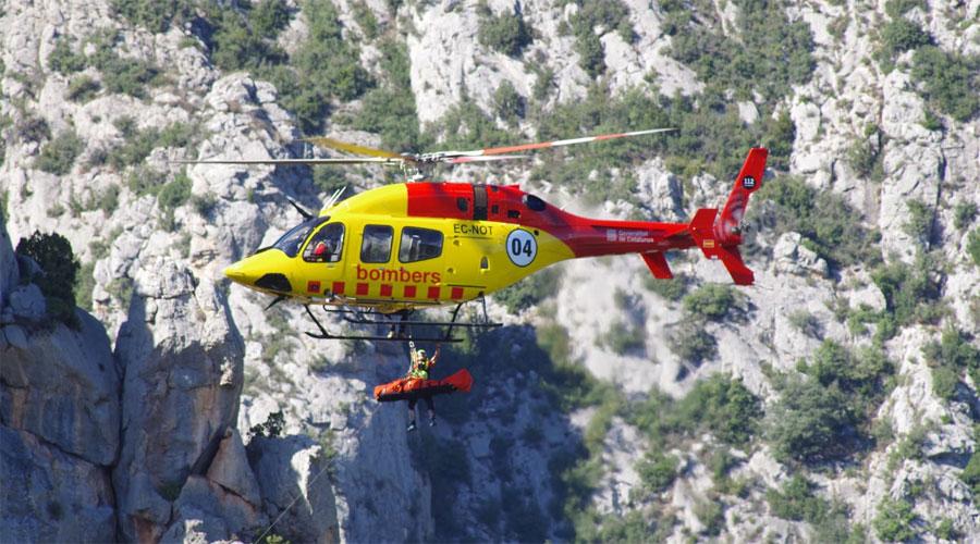 L'helicòpter dels Bombers de la Generalitat fent un rescat