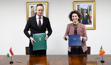 Péter Szijjártó i Maria Ubach en la signatura del CDI entre Hongria i Andorra