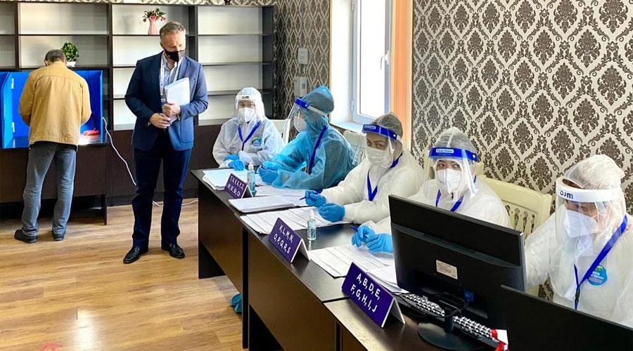 Costa fent tasques d'observació en un eleccions a l'Uzbekistan.