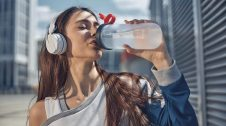 Noia bevent aigua