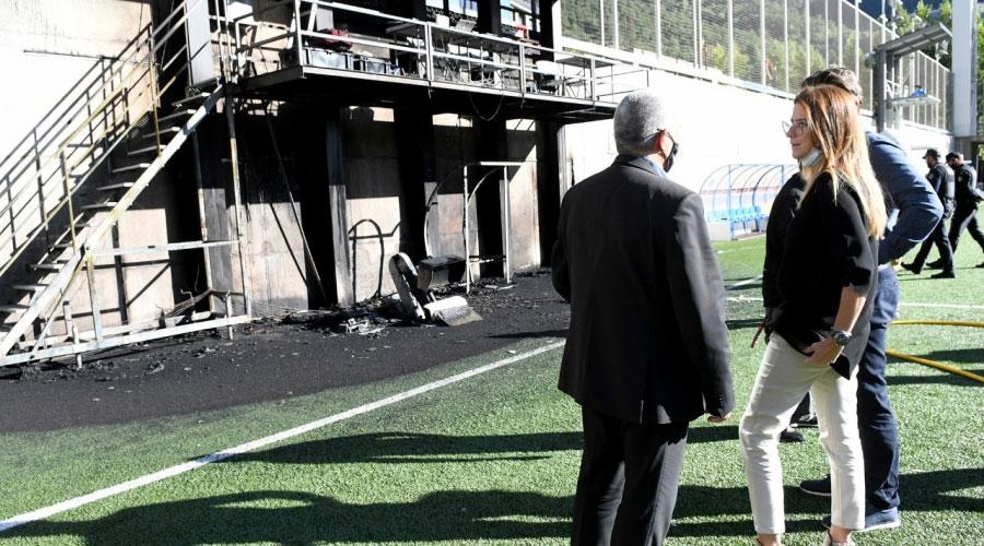 Riva visitant l'estadi després d'un incendi