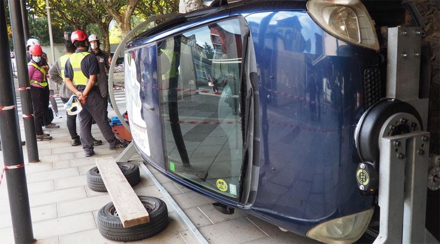 Un cotxe bolcat per fer formació de rescats d'emergència