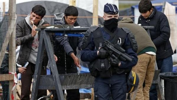 Calais: deux enquêtes dénoncent les violences policières françaises à l'égard des requérants mineurs non-accompagnés — Le temps des réfugiés