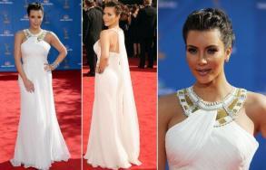 A socialite Kim Kardashian escolheu um vestido branco de chiffon da coleção de resort da Marchesa com detalhe de inspiração egípcia no decote