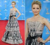 Dianna Agron, de Glee, escolheu um vestido Carolina Herrera com saia em duas camadas, todo de renda e arrematado por um laço na altura da cintura