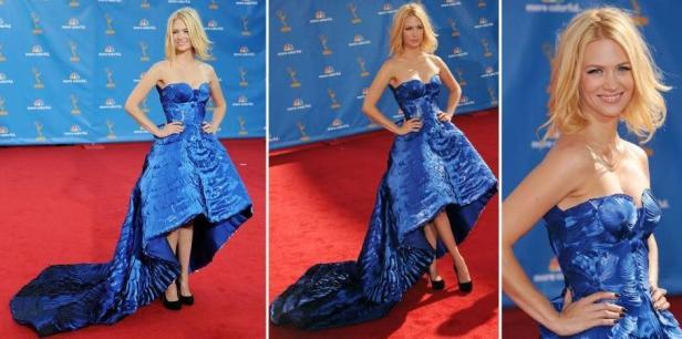 January Jones escolheu um tomara-que-caia Atelier Versace azul todo bordado com pétalas de tecido e comprimento assimétrico, com cauda longa. Os sapatos eram Miu Miu