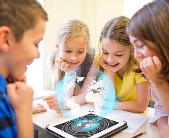 niños jugando con una aplicación de realidad aumentada