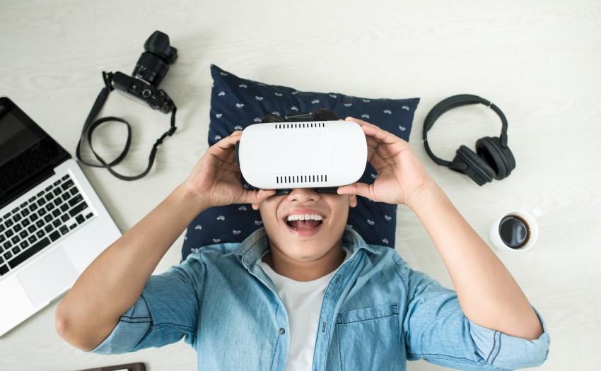 Joven con gafas de realidad virtual - 5 gadgets tecnologicos