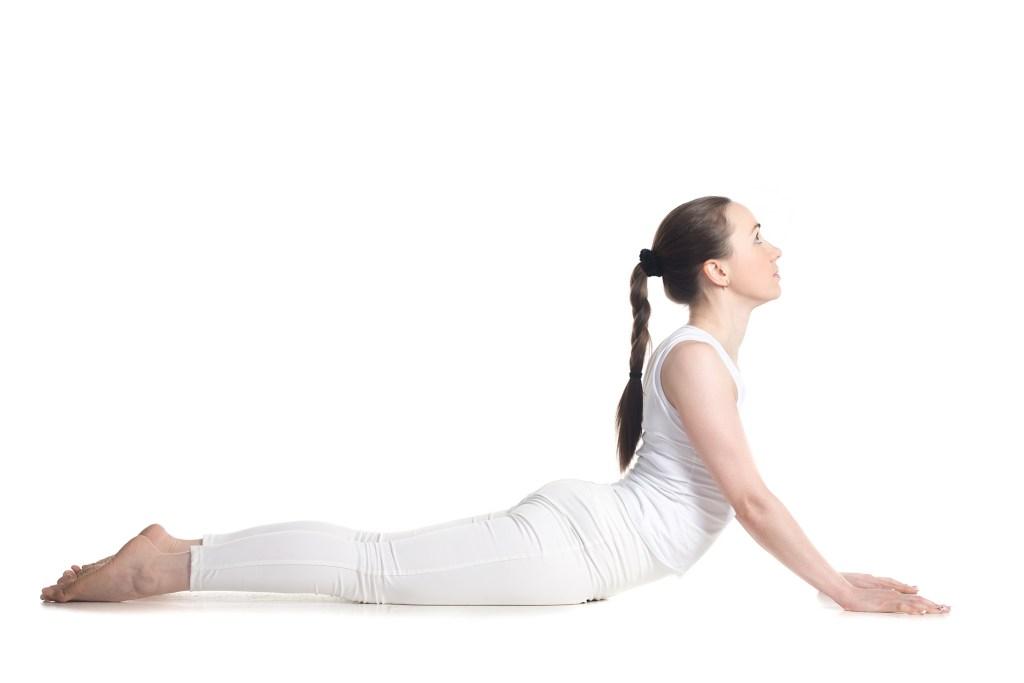 postura serpiente en yoga