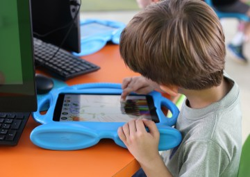 Niño trabajando con un ipad en el makerspace