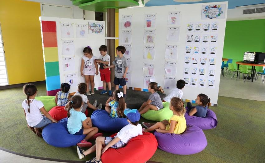 Niños en el makerspace demostrando sus productos.