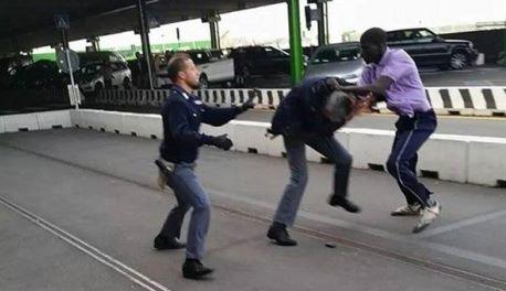 In strada nonostante i divieti. Due nigeriani aggrediscono agenti