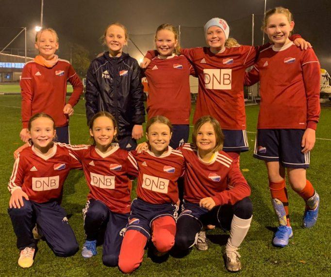 Bilde av ni spillere på Hasle-Løren J2010 i oktober 2020.