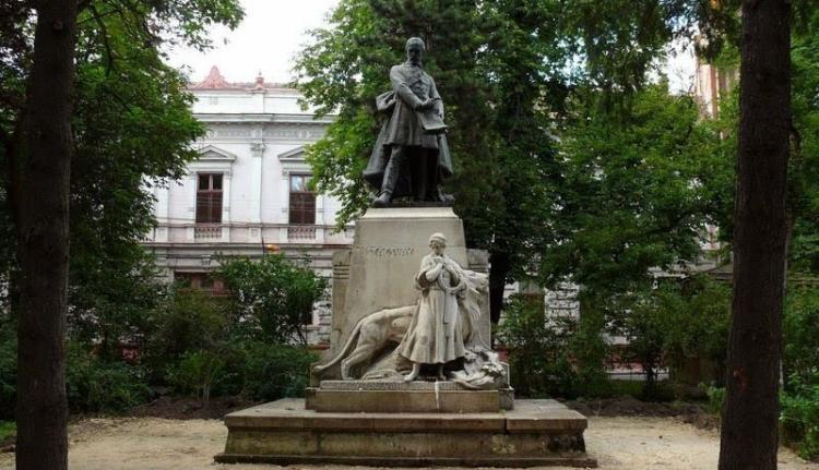 Nem csak gyalázzák, restaurálják is a magyar szobrokat