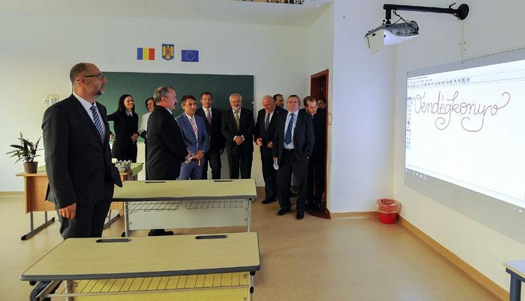 Szórványgimnáziumot adtak át Szamosújváron