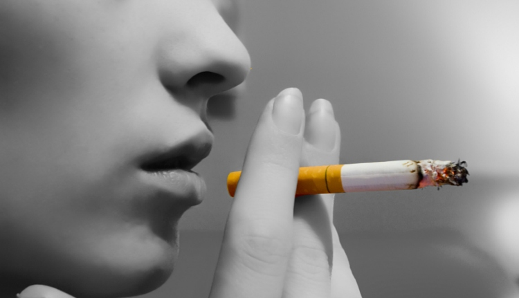Még egyet csavarnak a dohányzásellenes törvényen
