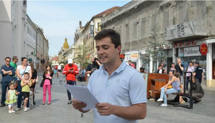 Román férfi áll egy Trump-párti álhíroldal mögött