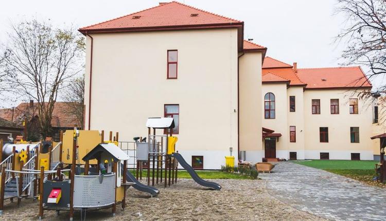 A magyar kormány támogatásával újult meg a katolikus óvoda Szatmáron
