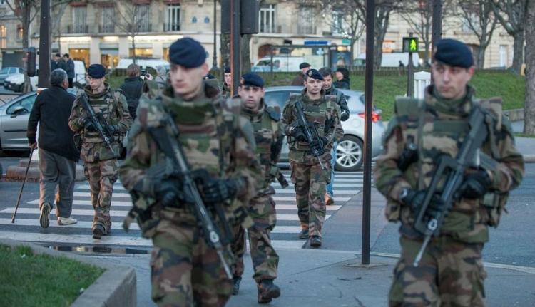Katonákat gázolt egy autós támadó Párizs külvárosában