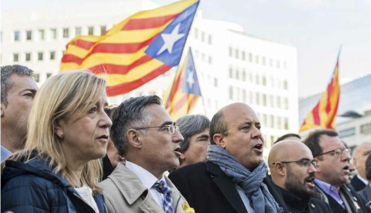 Brüsszelbe vonultak tiltakozni a katalán polgármesterek