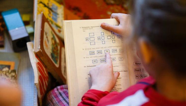 Nem kell ezentúl románra fordítani a magyar tankönyveket