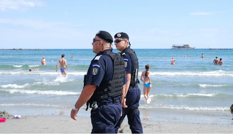 A román csendőrség lerohanta a tengerpartot, meg az ott nyaralókat