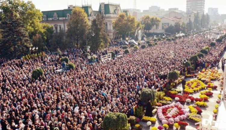 Töltött káposztával és borral vendégelik meg Iaşi-ban a több tízezer zarándokot