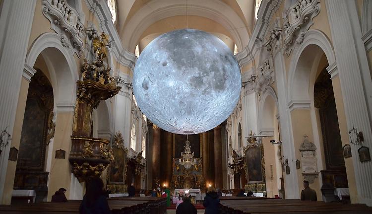 Nézze meg a Holdat a piarista templomban!