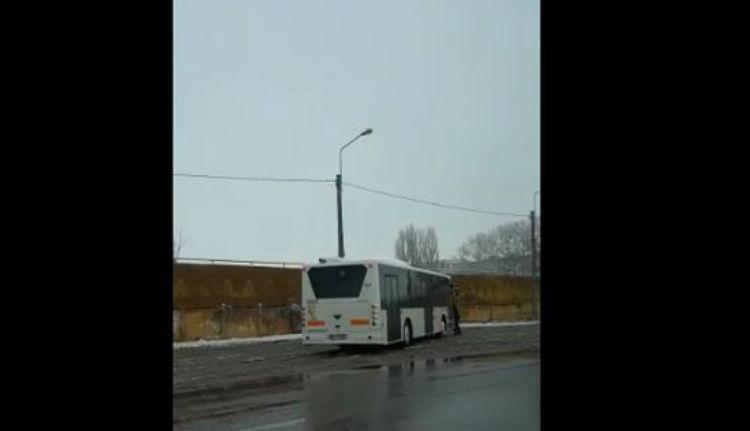 A busz elindult. A sofőr meg kétségbeesetten rohant mellette (VIDEÓval)