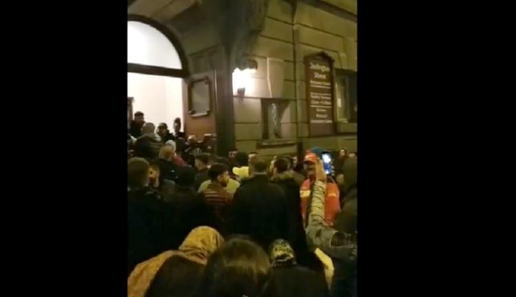 Összeverekedtek a templomban az ortodox húsvét előestéjén az angliai románok (VIDEÓval)