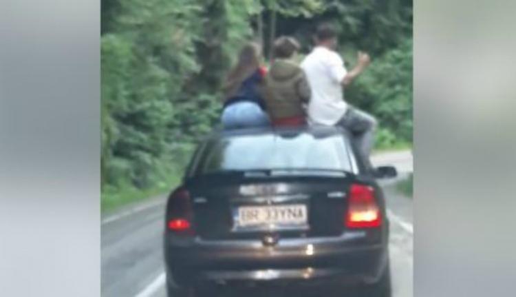 Az emberi hülyeség iskolapéldája: autó tetején ülve átkelni a Transzfogarason