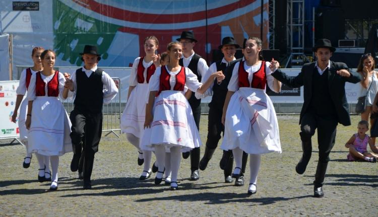 Döngtek a csizmák, forogtak a szoknyák Kolozsvár főterén (FOTÓK)