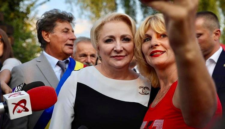 Milyen divat szerint öltözik Románia első hölgye, amikor egy faluba megy kampányfürdőzni?