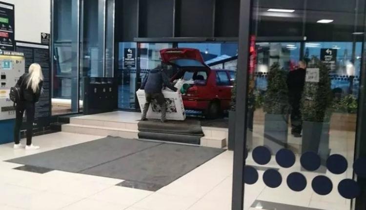 Nem akart megázni, simán befarolt autójával a bevásárlóközpontba