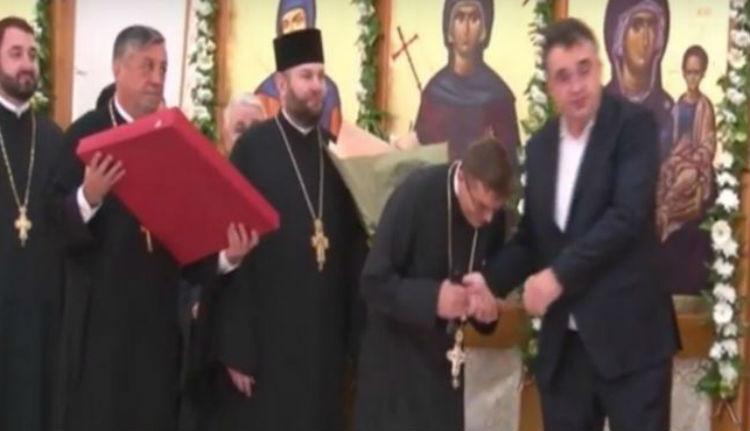 Bizánc az EU-ban: egy ortodox pópa kézcsókkal akarta kimutatni háláját egy helyi román kiskirálynak (VIDEÓval)