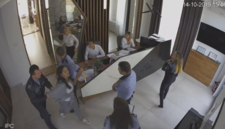 Három arrogáns rendőr besétált egy random céghez balhézni kicsit