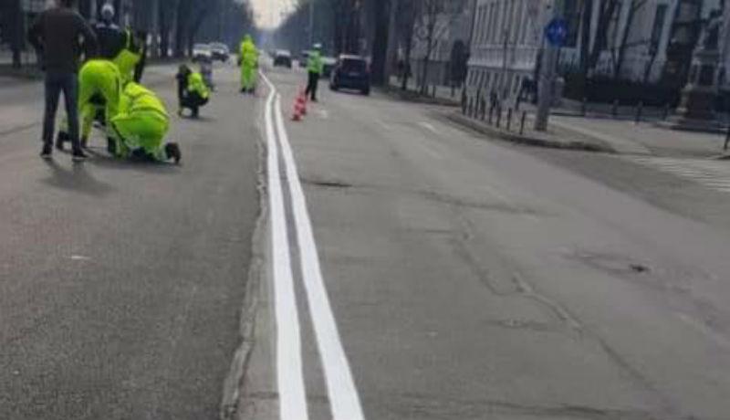 Igencsak lazán értelmezték az egyenes fogalmát az útjelzések felfestésekor az egyik romániai megyeszékhelyen