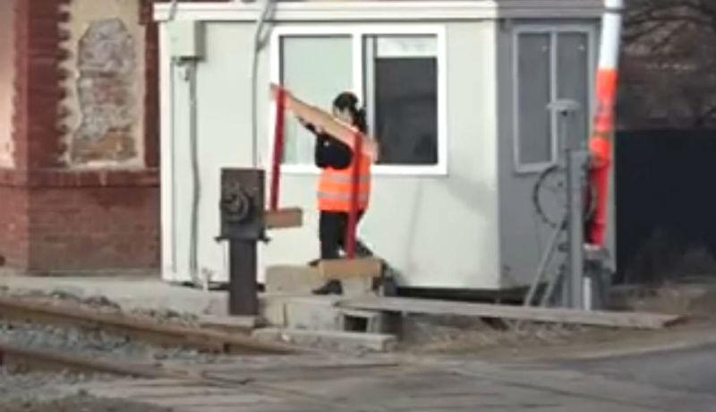 Nem működött a sorompó, egy vasutasnőnek kellett bedobnia magát, hogy leálljon a forgalom (VIDEÓval)