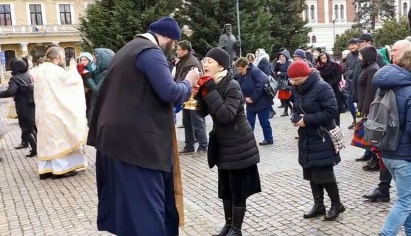Elképesztő felelőtlenség Kolozsváron: egy kanálon osztoztak a hívek a vasárnapi ortodox szentmiséken (VIDEÓ)