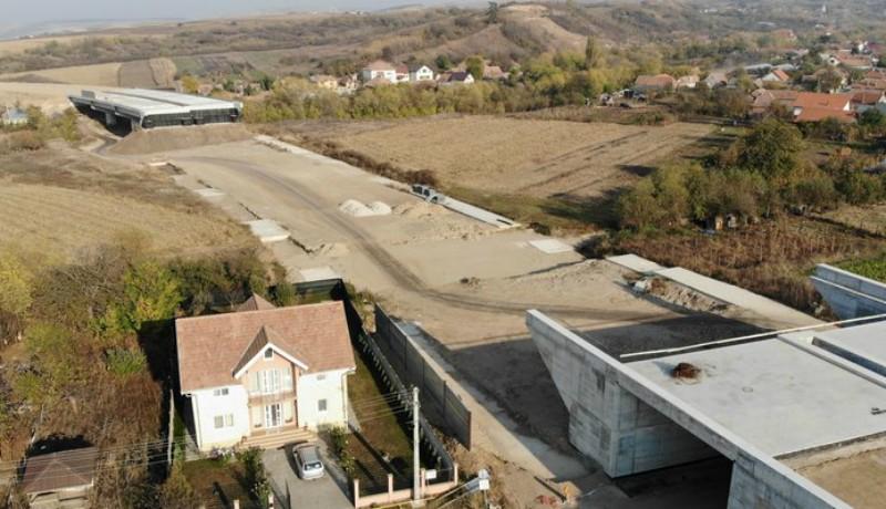 Țăranék nyugalomra vágytak, leállíttatták a kertjük végében zajló autópálya-építést