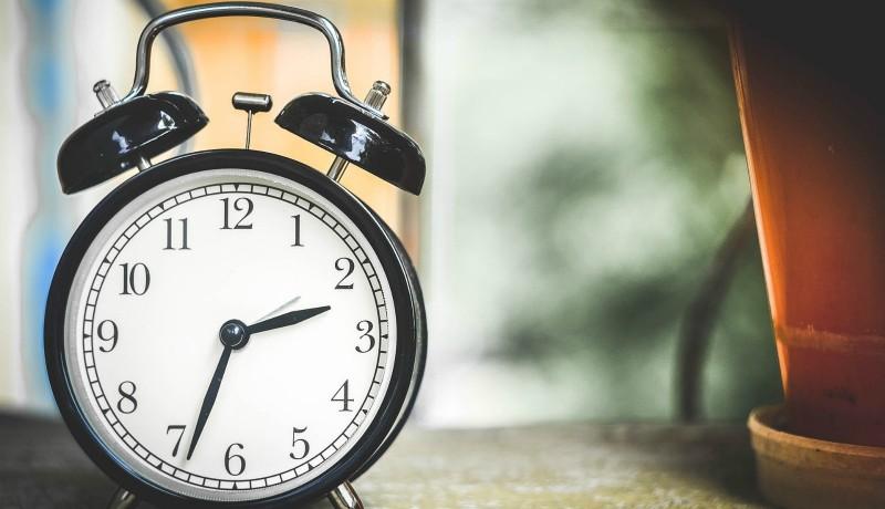Vasárnap egy órával kevesebbet ülhet otthoni karanténban: jön a nyári óraátállítás