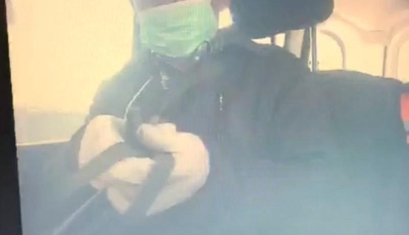 Egy elöljáró megmutatta, hogy kell átvenni a csúszópénzt járvány idején: szájmaszkban, kesztyűs kézzel (VIDEÓval)
