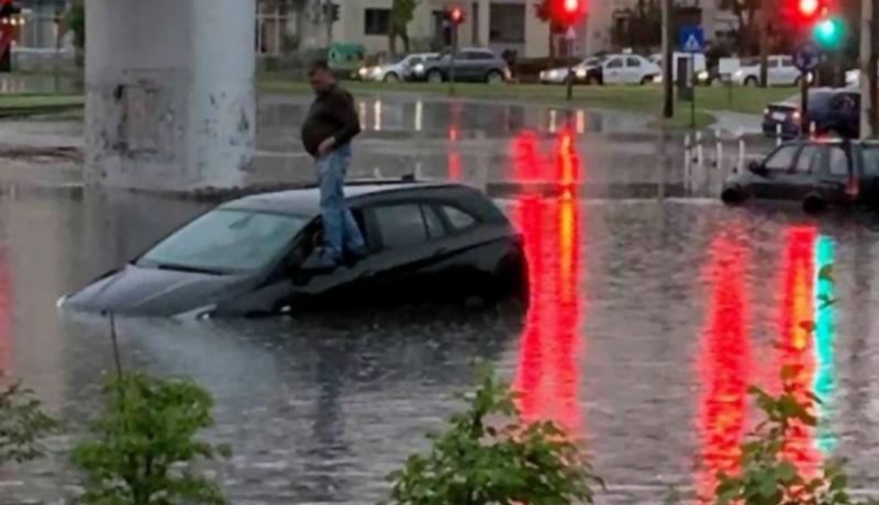 Felhőszakadás Aradon: egy autósnak az autója tetején kellett menedéket keresnie az özönvíz miatt (VIDEÓval)