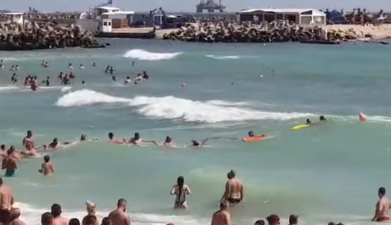 Élőlánccal mentettek ki a hullámok közül egy részeg turistát és három vízimentőt (VIDEÓval)